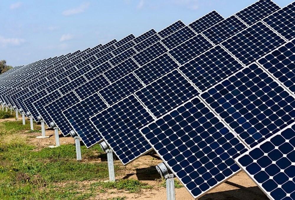 Nhà thầu thi công cọc, trụ cho tấm pin nhà máy điện mặt trời.